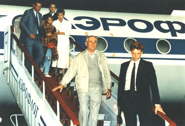 Mikhail Gorbachev returning with his family from Foros. August, 22 1991.